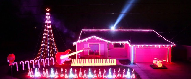 The Force is Strong With This STAR WARS Christmas Light Show
